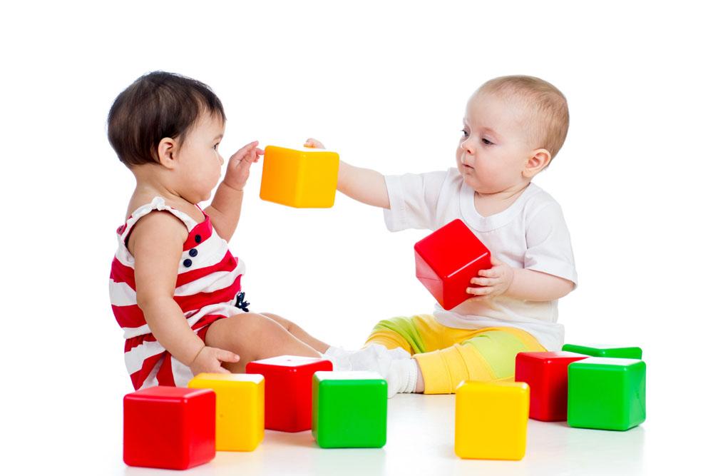 Дети играющие в кубики картинка