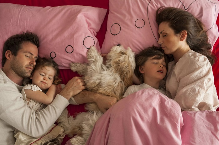 Крепко спит вся семья