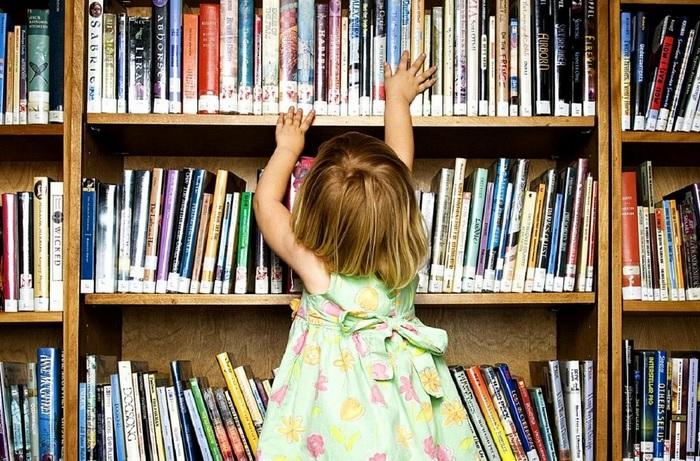 ребенок тянется за книгой