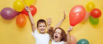 счастливые дети с шариками
